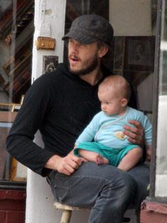 Heath Ledger cuddles daughter Matilda Rose