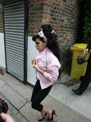 Amy Winehouse is a pink lady