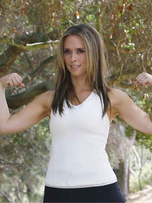 Jennifer Love Hewitt shows off her muscles