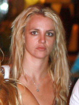 Britney Spears forgets to brush her hair