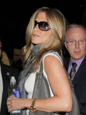 Even when flying Jennifer Aniston looks good