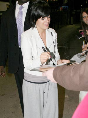 Lily Allen   Lily Allen sticks to comfort   Pictures   Now magazine   celebrity gossip