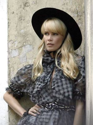 Claudia Schiffer models Chanel's ready-to-wear collection ...