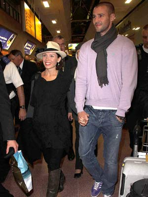 Dannii Minogue | Dannii Minogue and Kris Smith fly into Heathrow | pictures | now magazine