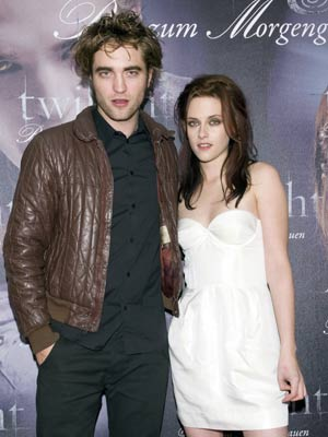 Robert pattinson dating co-star