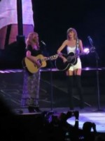 Lisa Kudrow and Taylor Swift perfrom Smelly Cat
