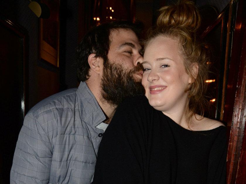 Beautiful singer Adele being kissed by her boyfriend Simon Konecki