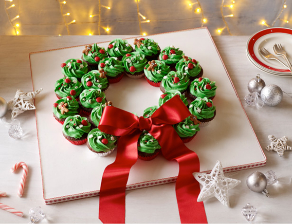 Good Christmas Desserts these christmas desserts are so easy list is so good i need to make them Christmas Cupcake Wreath