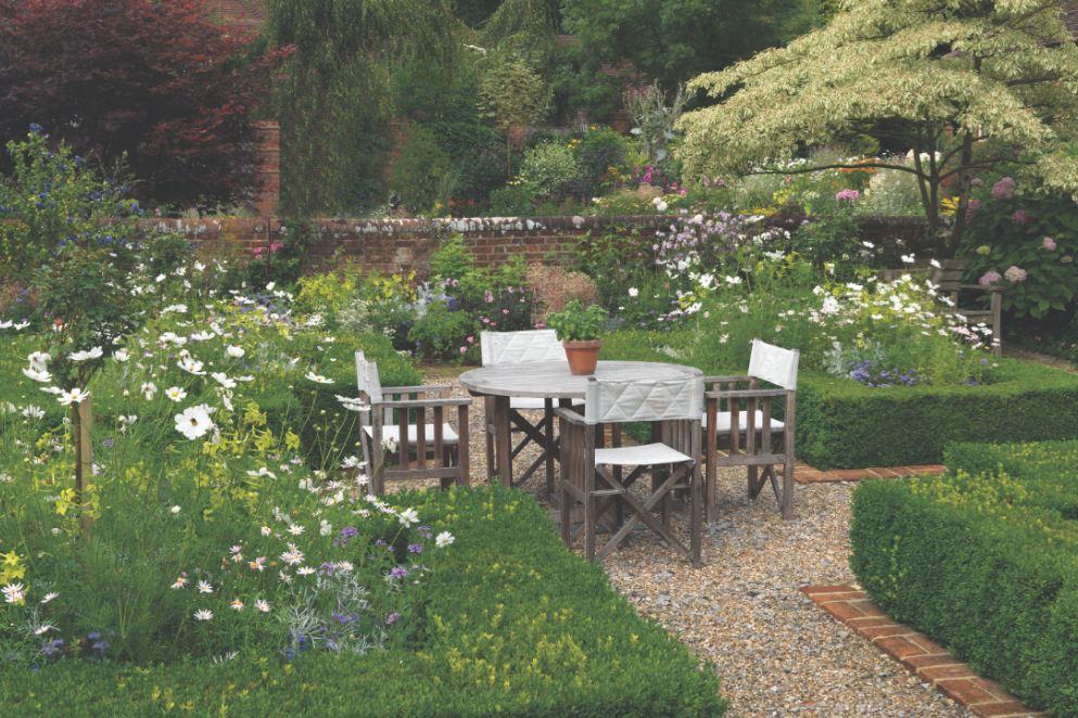 The planting in-between in a parterre garden