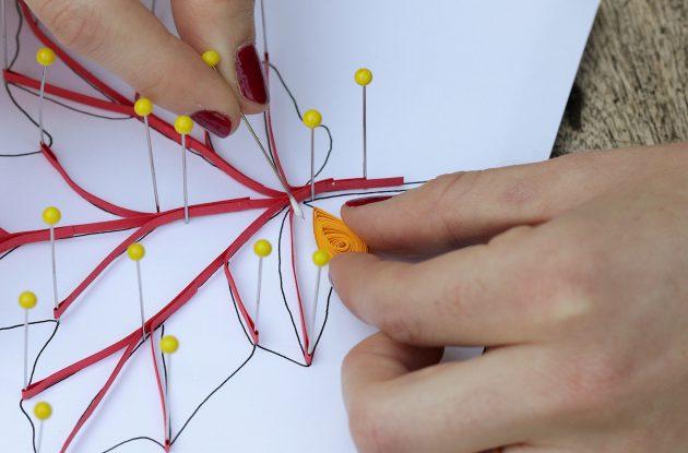 Приклейте бумажную катушку к жилкам листа