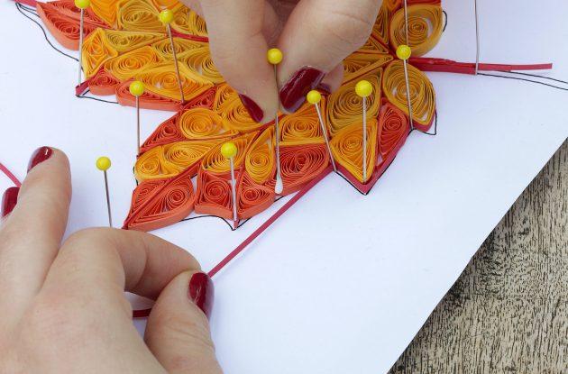 Добавьте полоску для квиллинга по краю листа.