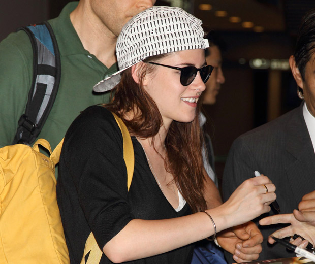 Kristen Stewart has just arrived in the airport in Japan!