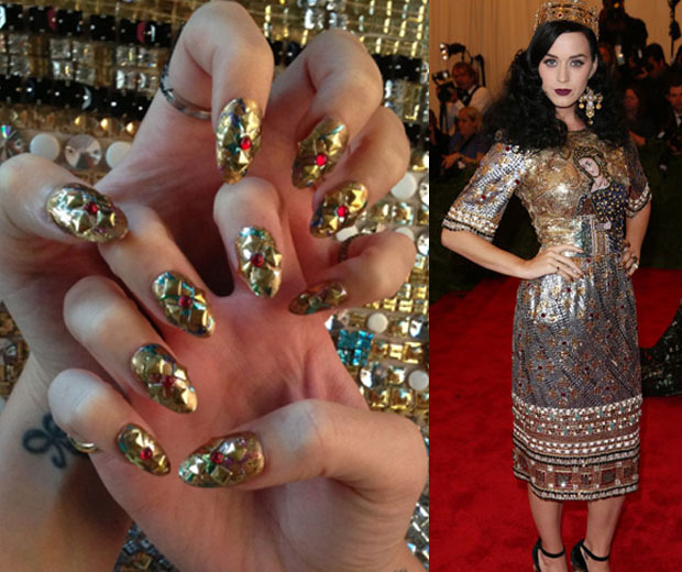 Katy Perry flaunts her claws