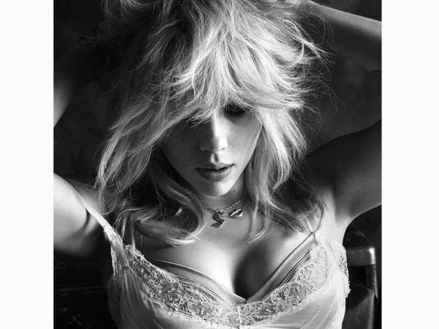 scarlett johnasson in a blonde wig for w magazine