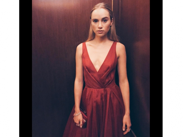 suki waterhouse in red burberry dress before the oscars 2015