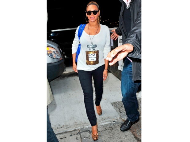 beyonce in leopard print heels and jeans