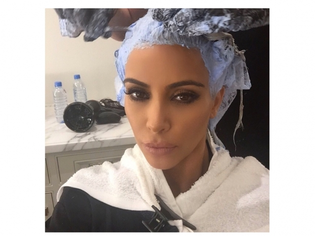 kim kardashian getting her blonde roots touched up