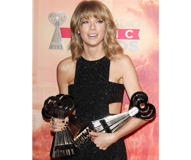 taylor swift with awards at the iHeartRadio Music Awards