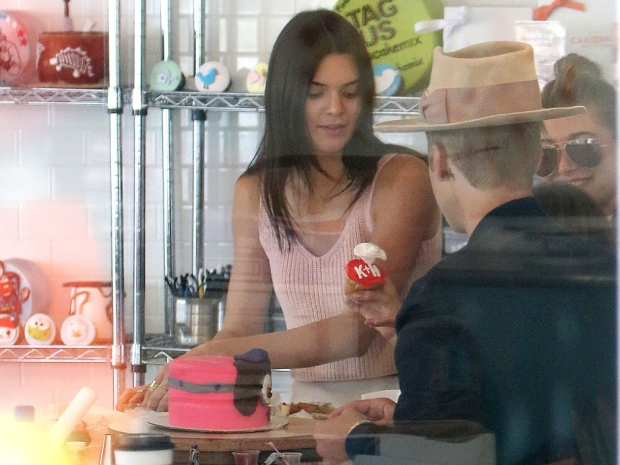 Do we spy JB giving Kendall a cupcake? Super cute, guys...