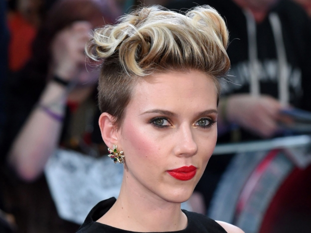 Scarlett Johansson's hair and make-up at the Avengers: Age Of Ultron premiere
