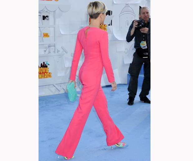 Scarlett Johnasson in coral jumpsuit at mtv movie awards 2015