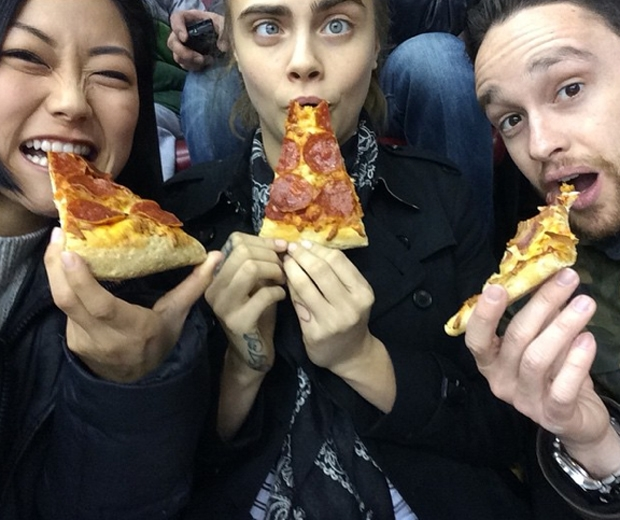 cara delevingne eating pizza at sports game