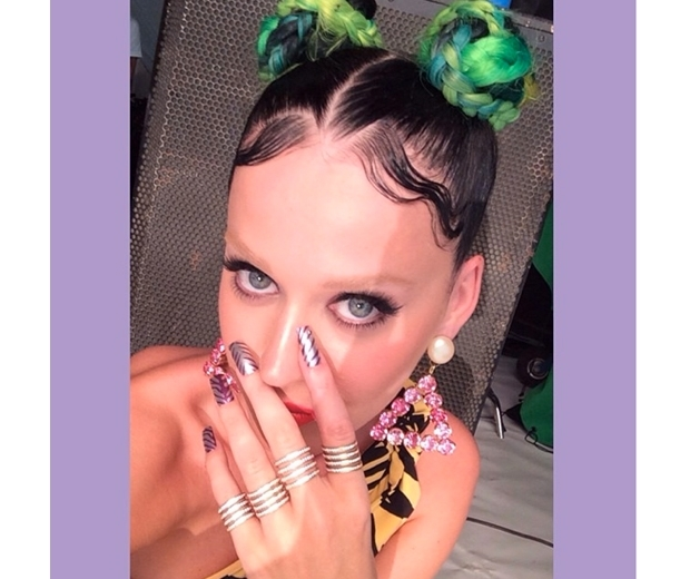 katy perry bleached eyebrows and green hair