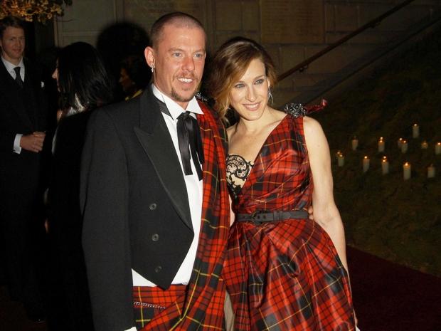 Designer Alexander McQueen (L) and actress Sarah Jessica Parker (R)