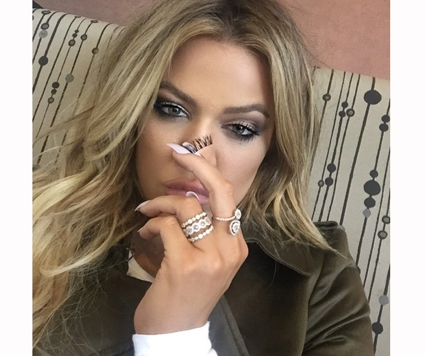 khloe kardashian takes  fake eyelashes off on flight from dubai