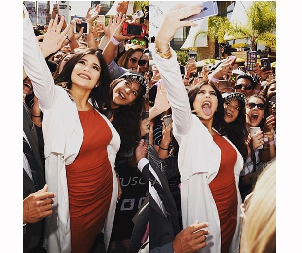 kylie jenner takes selfie in crowd at topshop launch