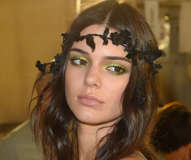 kendall jenner green eye makeup at versace paris couture week aw15-look.co.uk