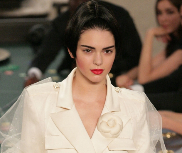 kendall jenner makeup at chanel paris couture fashion week aw2015-look.co.uk