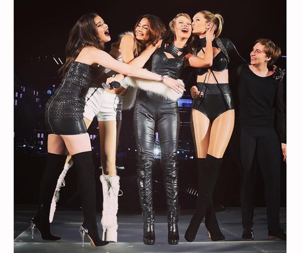 Lena Dunham, Hailee Steinfeld, Gigi Hadid Lily Aldridge taylor swift on stage