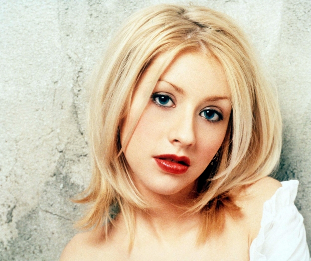 Christina Aguilera's zig-zag parting is our ultimate 90s beauty trend