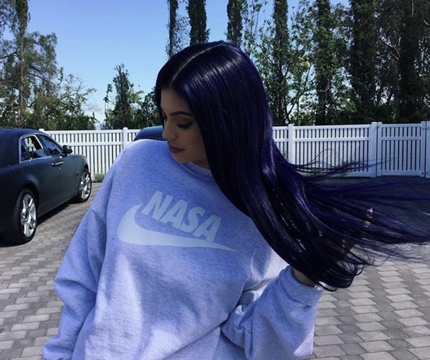 Navy hair summers unexpected beauty trend look the super sleek take on not quite black hair first caught our eye a few months back when kylie jenner who else donned a gorgeous new navy wig at an urmus Images