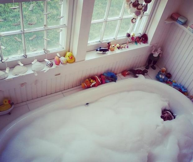 alik alfus in the bath