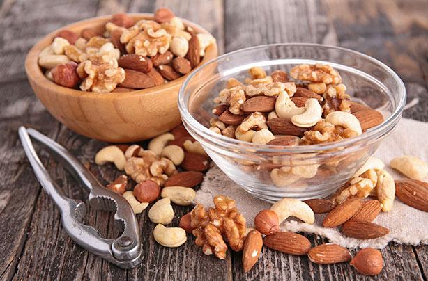 Comment perdre du poids rapidement: un bol de noix