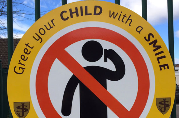 school sign asking parents to 39 greet your child with a smile not a mobile 39 sparks debate online. Black Bedroom Furniture Sets. Home Design Ideas
