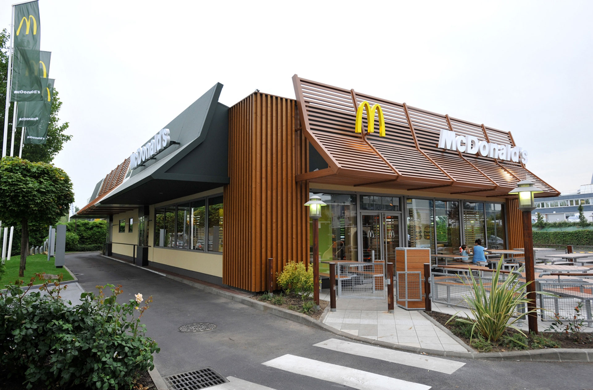 Mcdonalds Christmas Eve Hours.Mcdonald S Are Giving Away Free Festive Treats On Christmas Eve