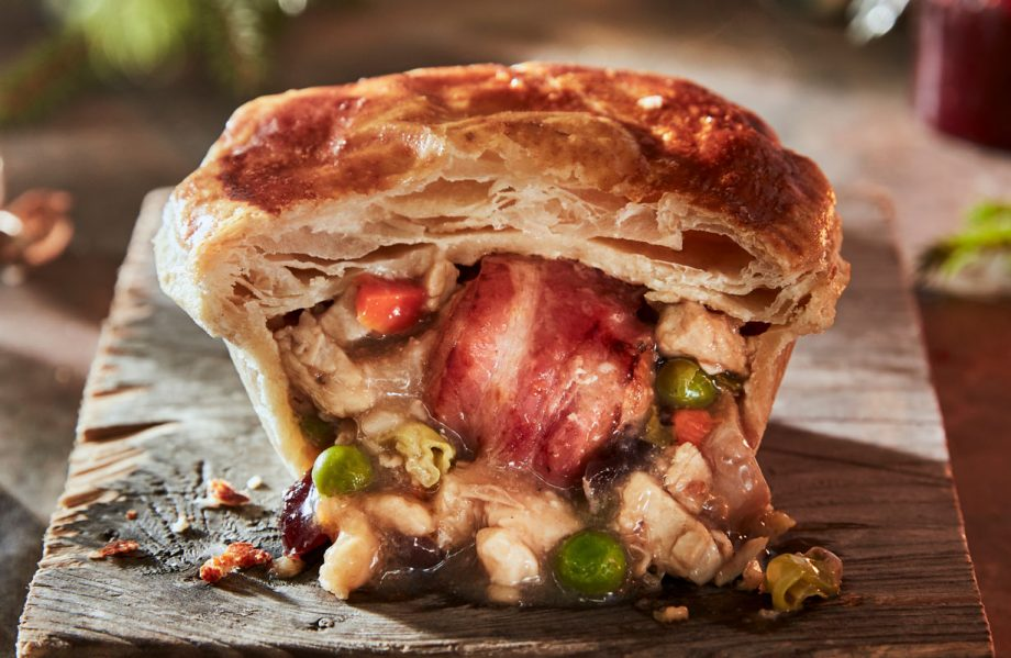 Christmas Dinner Pictures.Iceland Launch Festive Pie Filled With A Full Christmas Dinner