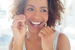Collez-vous sur votre santé dentaire avec une soie dentaire
