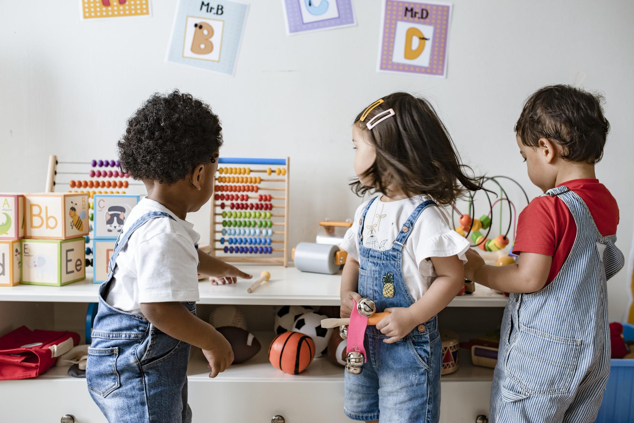 Jeunes enfants jouant avec des jouets éducatifs.