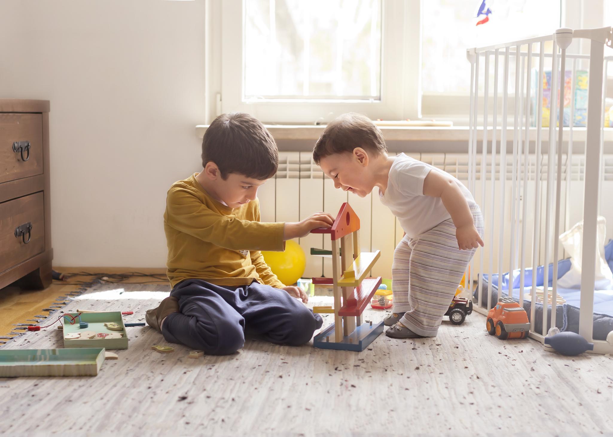 Frères et sœurs jouant avec un jouet en bois éducatif