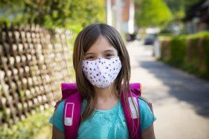 jeune fille portant un masque - Quand les masques faciaux deviendront-ils obligatoires