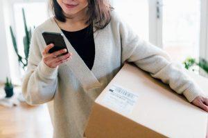 Woman holding box avec Black Friday Argos deals 2020