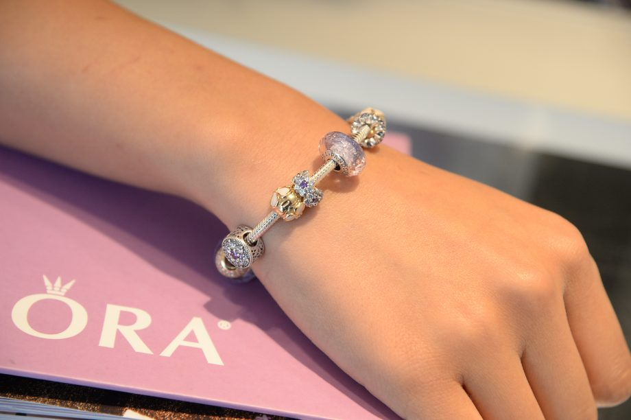 A girl wearing pandora charms bought in the Pandora Black Friday 2020 sale