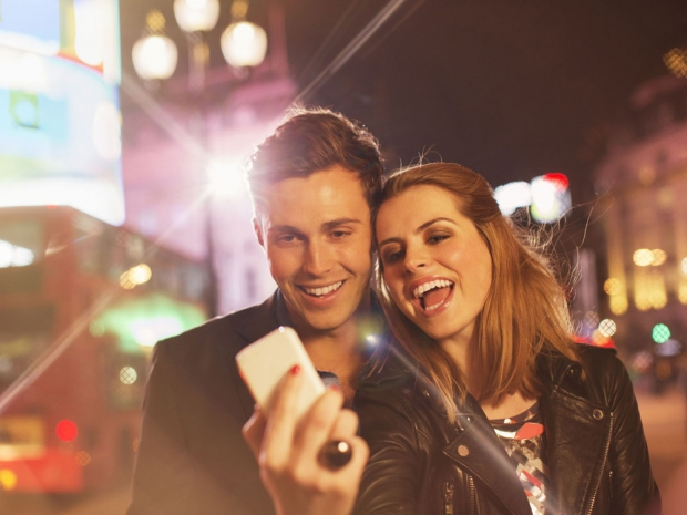 Tinder Dates couple take a selfie in London